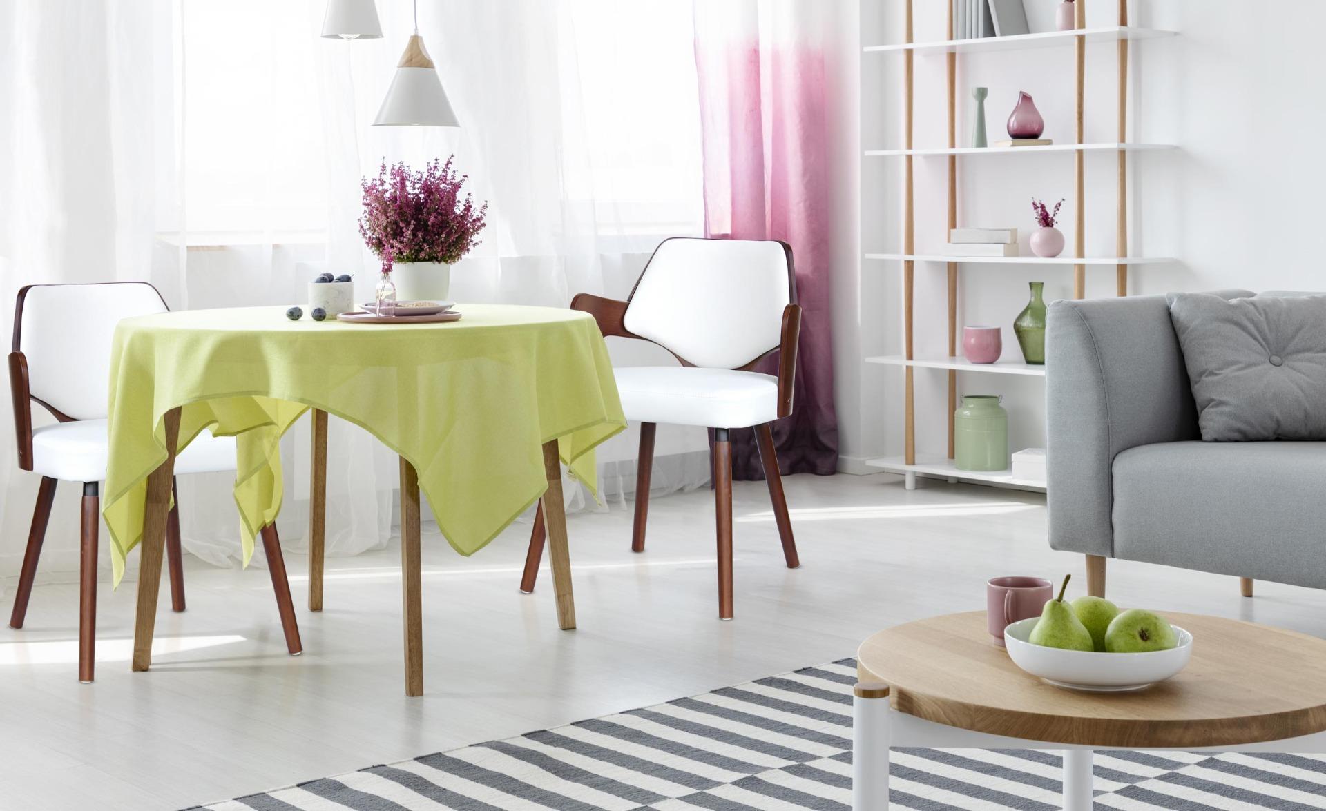 Dima Set mit 2 Skandinavischen Stühlen Haselnuss & Weiß