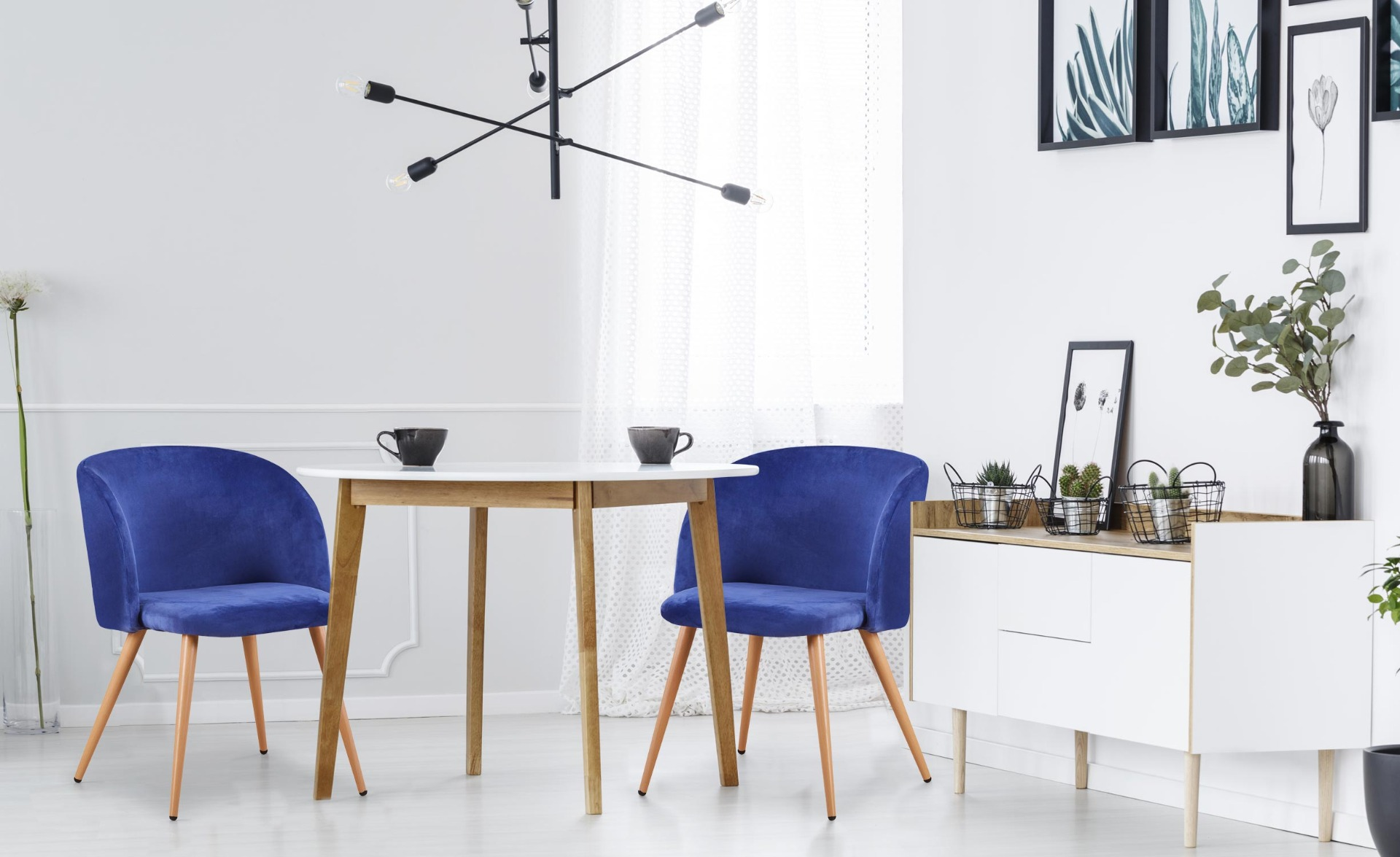 Minima Set mit 2 skandinavischen Stühlen Samtbezug Blau