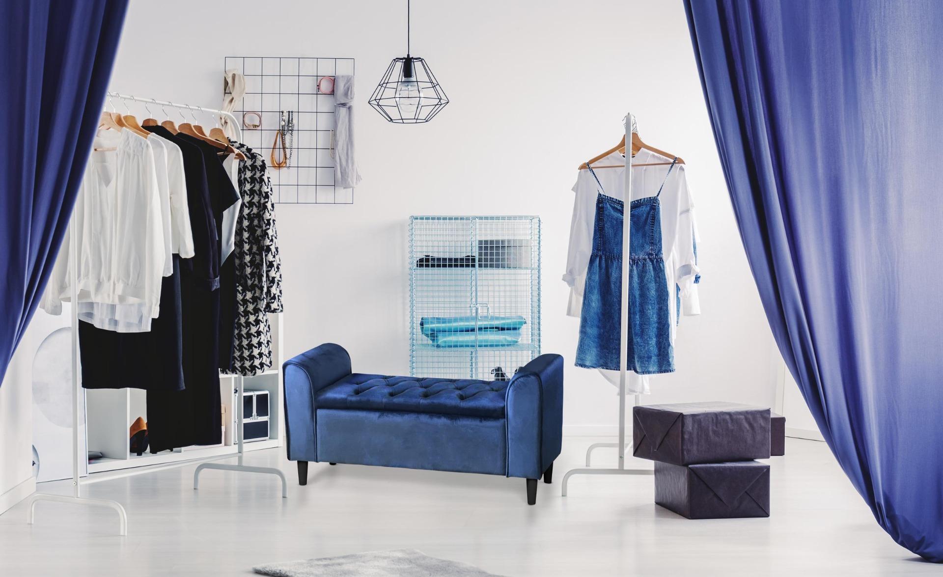 Winnie Sitzbank mit schwarzen Füßen und Samtbezug Blau