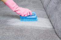 Wie kann man Schlieren von einem Stoffsofa entfernen?